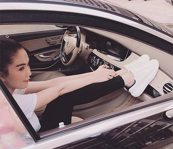 Đôi sneakers Ngọc Trinh đang đi là hàng nội địa Hàn Quốc, có kiểu dáng đôi chút tương đồng với Stan Smith. Giá bán đôi giày này chưa đến 1 triệu đồng.