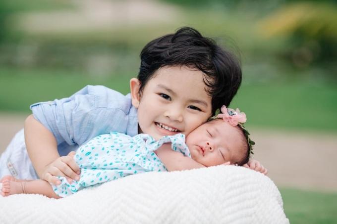 """<p> Tấm hình hai """"cục vàng"""" nhà Khánh Thi - Phan Hiển được cộng đồng mạng chia sẻ rộng rãi.</p>"""