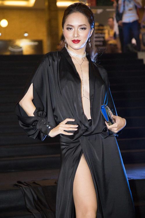 <p> Hương Giang với cách trang điểm lòe loẹt, chọn trang phục thiếu tinh tế trước khi đăng quang hoa hậu.</p>