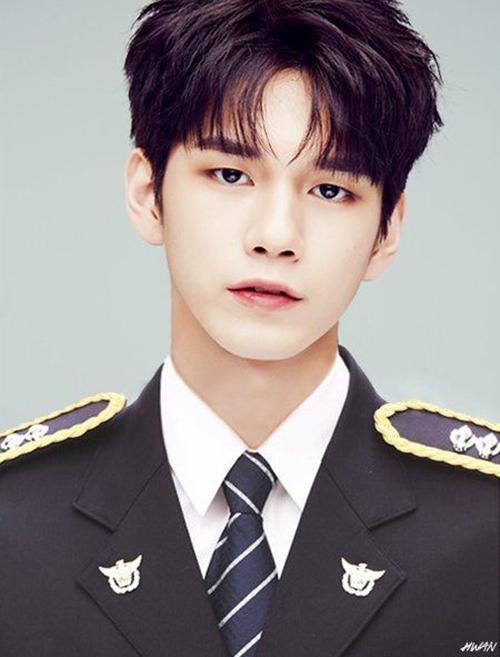 Ong Seong Woo sở hữu những đường nét góc cạnh và thần thái hợp làm diễn viên hơn là idol. Mỹ nam tỏa sáng với ảnh concept cảnh sát.