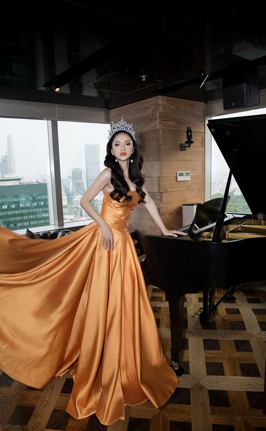 <p> Tại tiệc thiết đãi người thân, bạn bè sau đăng quang, Hương Giang Idol mang đến hình ảnh sang trọng, đẳng cấp khi diện đầm cúp ngực màu cam.</p>