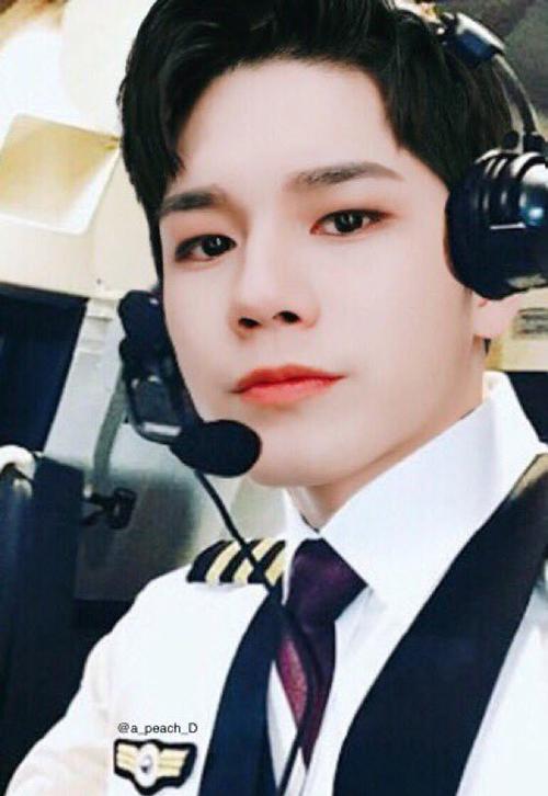 Nhờ tài photoshop của fan, thành viên Wanna One có thể biến thành một phi công đẹp xuất sắc.