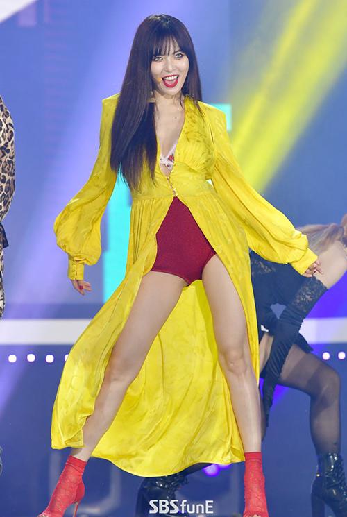 Không chỉ hở hang, đồ diễn của Hyun Ah còn bị chê là màu sắc lòe loẹt, kiểu dáng kém hiện đạinên thường mang đến vẻ ngoài sến sẩm.