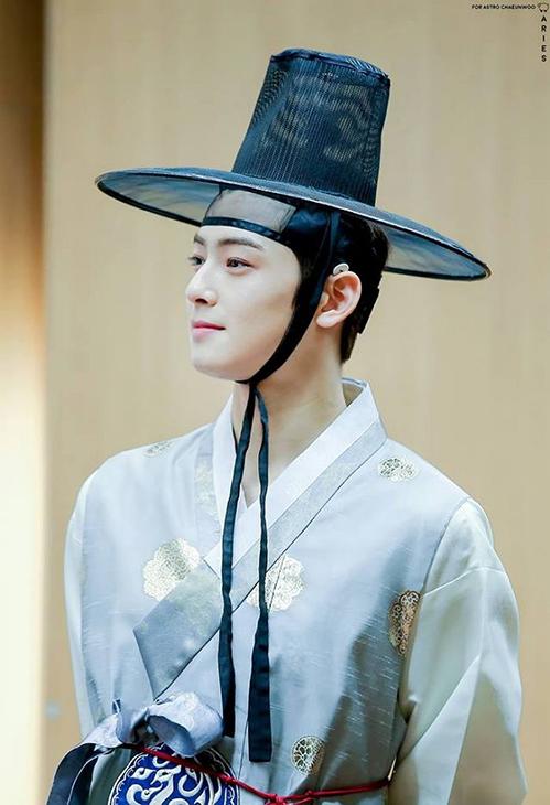 Nếu nhận lời đóng phim cổ trang, Cha Eun Woo chắc chắn là công tử đẹp như hoa, khiến các cô gái khó cầm lòng. Netizen nhận xét khuôn mặt của anh chàng sinh ra là làm diễn viên.