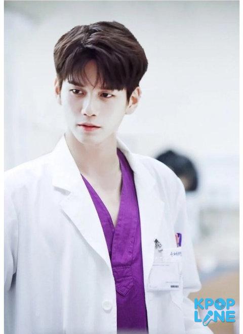 Các đạo diễn nên chọn Ong Seong Woo vào vai bác sĩ vì anh chàng mặc blouse trắng quá hợp.