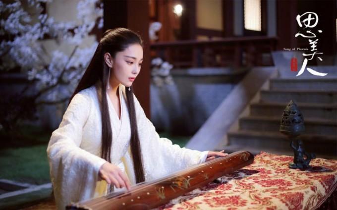 <p> Năm 2017, Trương Hinh Dư đóng vai chính Mạc Sầu Nữ trong <em>Tư mỹ nhân</em>, một cô gái có khả năng tiên tri nhờ nằm mộng, vừa có tài vừa có sắc. Dù <em>Tư mỹ nhân</em> bị liệt vào hàng những bộ phim tệ nhất năm 2017, những bức ảnh tuyên truyền phim về nhân vật Mạc Sầu Nữ vẫn khiến khán giả ngắm mãi không chán.</p>