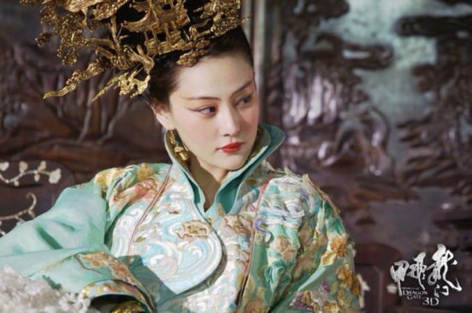 <p> Vai diễn đầu tiên được khán giả chú ý của Trương Hinh Dư là một vai nhỏ trong tác phẩm điện ảnh đình đám năm 2011 của đạo diễn Từ Khắc - <em>Long môn phi giáp</em>. Hinh Dư đóng vai Vạn quý phi, chỉ xuất hiện chút ít nhưng khiến khán giả khó quên bởi thần thái quyến rũ đầy phong tình, cặp mắt sắc sảo hút hồn.</p>