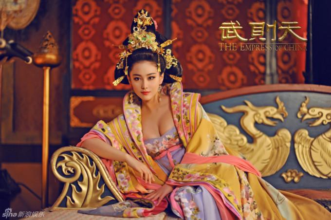 """<p> Năm 2015, bộ phim <em>Võ Mị Nương truyền kỳ</em> gây sốt trên truyền hình châu Á. Trương Hinh Dư đóng vai Tiêu Thục phi, có vẻ đẹp """"phồn thực"""" khiến khán giả lóa mắt.</p>"""