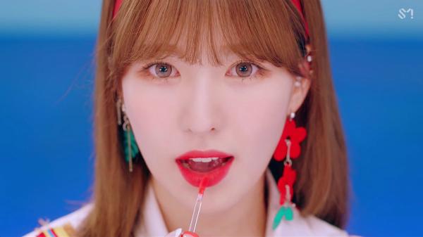 Wendy được khen ngợi trong MV mới, cô nàng swatch son ngay trước ống kính.