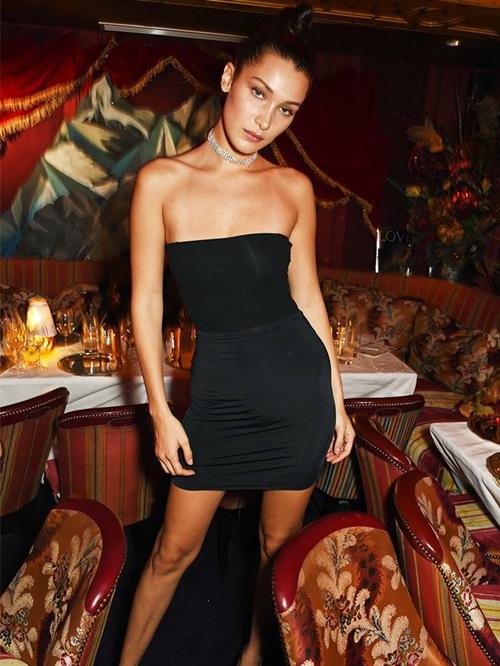Có hai điều đặc trưng về thời trangdự tiệccủa Bella Hadid: choker lấp lánh và những chiếc váy mini màu đen gợi cảm.
