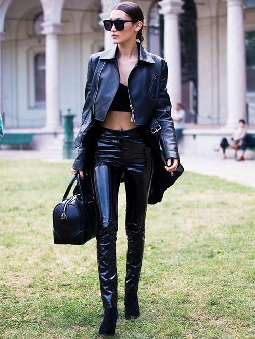 Tủ quần áo màu đen của Bella rất đa dạng. Trong đó, áo da vàcrop top là những item được chân dài yêu thích hàng đầu.