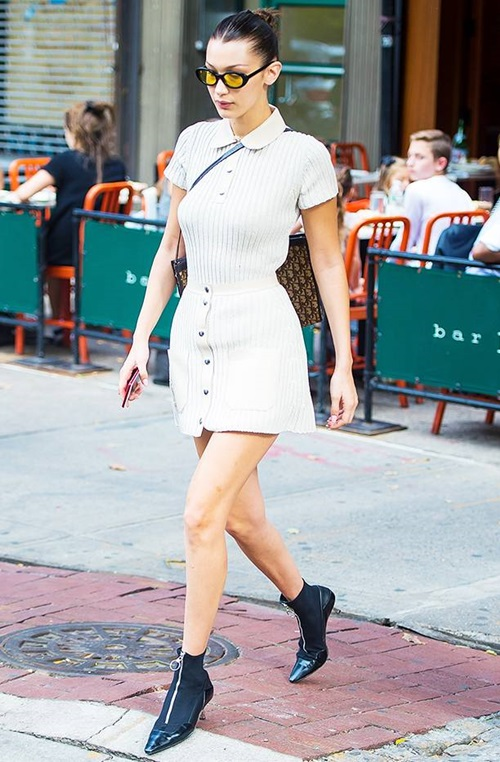 Bella thể hiện gout thẩm mỹ chất chơi khi diện váy Alyx,giày Versace, kính râmElizabeth & James.