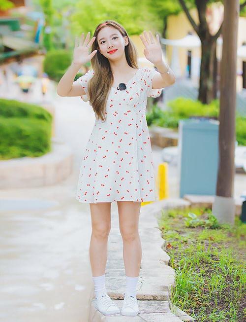 Cherry là họa tiết xưng ngôi vương của mùa hè năm nay. Không bỏ qua xu hướng xinh yêu này, Na Yeon cũng sắm váy in hình quả cherry, kiểu dáng baby doll mang đến vẻ trẻ trung, dễ thương.