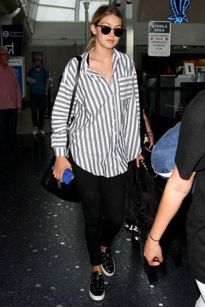 <p> Mẫu áo sơ mi sọc dọc mà Gigi Hadid mặc mang hơi hướng unisex, phù hợp cho cả nam và nữ.</p>