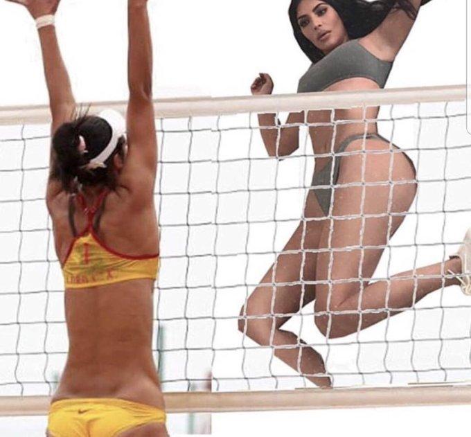<p> KimKardashian trong tư thế sẵn sàng đáp bóng trong môn bóng chuyền.</p>