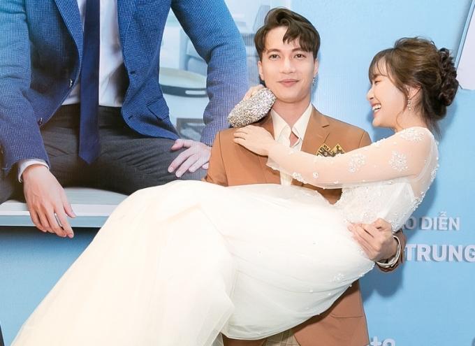 """<p> Khi xuất hiện trên thảm đỏ, S.T bất ngờ có hành động bồng bế """"vợ"""" Jang Mi trước hàng trăm cặp mắt đang đổ dồn. Sau dự án phim này, cả hai dần thân thiết ở đời thực.</p>"""