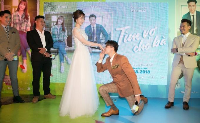 <p> Khi được yêu cầu diễn lại một phân cảnh trong phim, S.T liền quỳ gối xuống, cầm tay Jang Mi đặt để một nụ hôn ngọt ngào. Hành động khiến fan đứng dưới không ngừng hú hét.</p>
