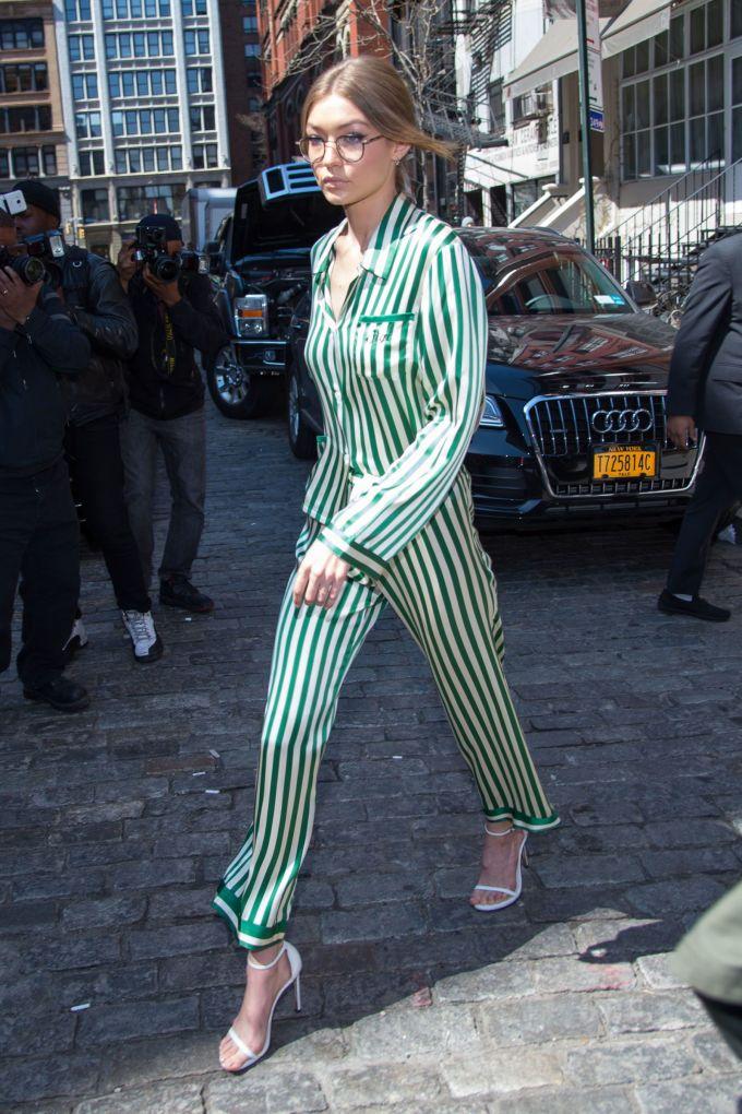 <p> Một người sành điệu, thường xuyên cập nhật các xu hướng thời trang như Gigi Hadid không thể ngó lơ món đồ này. Set đồ họa tiết sọc dọc gam màu trắng - xanh được cắt cúp phù hợp với vóc dáng thanh mảnh của siêu mẫu sinh năm 1995.</p> <p> </p>