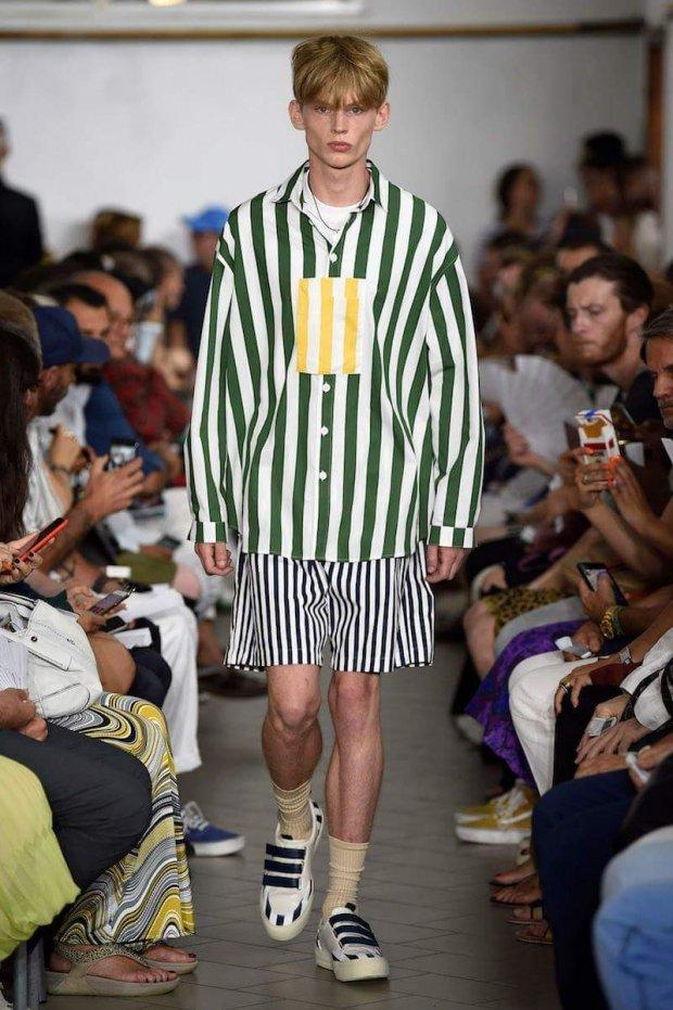 <p> Trong BST Xuân/Hè 2018 của một thương hiệu thời trang mới đây, họa tiết sọc dọc bản to với 3 sắc trắng - đen - xanh chính là gam màu chủ đạo.</p>