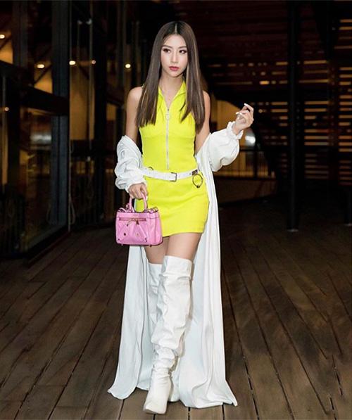 Trang phục màu nổi không khiến Quỳnh Anh Shyn trông lỗi mốt, kém sang mà thậm chí còn giúp cô nàng tôn lên làn da nâu khác biệt với số đông hot girl Việt.