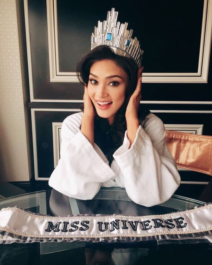 """<p> Khi đăng quang Hoa hậu Hoàn vũ 2015, nhan sắc của Pia Wurtzbach không được công chúng đánh giá cao. Qua 3 năm, người đẹp Philippines đã cố gắng hoàn thiện nhan sắc cũng như vóc dáng. Nhìn sắc vóc """"hoa ghen thua thắm"""" của mỹ nhân sinh năm 1989 ở hiện tại, không ít khán giả tấm tắc thầm khen, không ai phù hợp hơn cô nàng cho vị trí Miss Universe hơn 3 năm trước.</p>"""