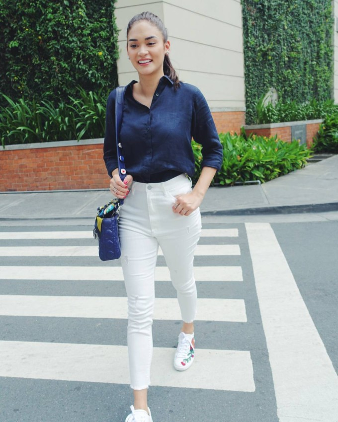 <p> Phối áo sơ mi cùng quần jeans cạp cao, Pia điểm xuyết cho set đồ bằng cách mix cùng đôi giày sneakers thêu hoa của Gucci và túi xách Dior ăn nhập tổng thể.</p>