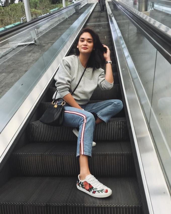 <p> Ngoài đời thường, Pia cũng như bao nhiêu cô gái khác, yêu thích sự năng động, phóng khoáng. Áo thun, quần jeans, sneakers... là những món đồ dễ bắt gặp trong phong cách thời trang xuống phố của Pia.</p>