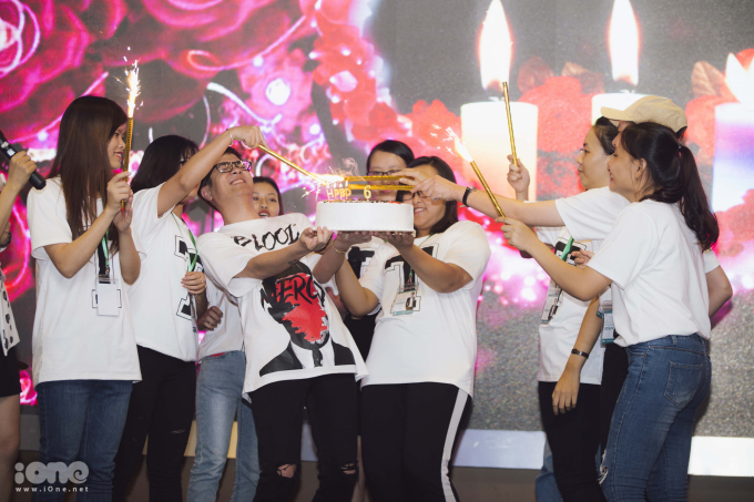 <p> Bùi Anh Tuấn và các fan thổi nến, cắt bánh mừng fanclub của mình lên 6 tuổi.</p>