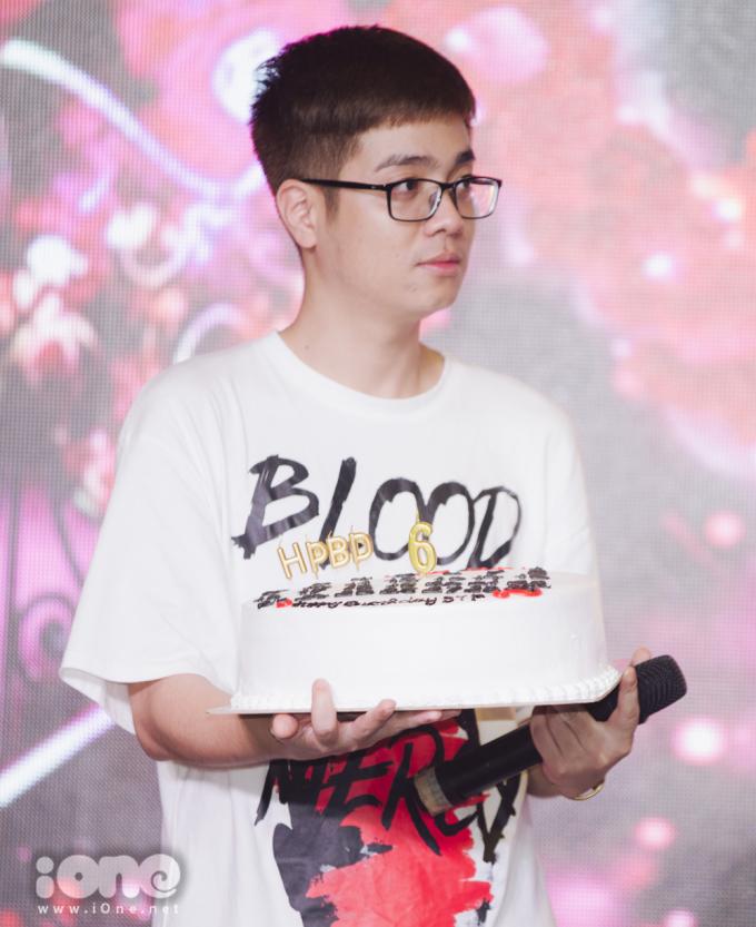 Bùi Anh Tuấn hài hước 'nịnh' fan trong fan meeting
