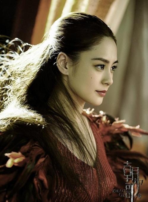 Chung Hân Đồng là cái tên đáng chú ý nhất trong dàn diễn viên phụ. Thành  viên Twins đóng vai Hà Tang, nữ vương của Vũ Tộc. Nhan sắc của Chung  Hân Đồng luôn được đánh giá cao, thậm chí còn nhỉnh hơn nữ chính Ngô Cẩn Ngôn.