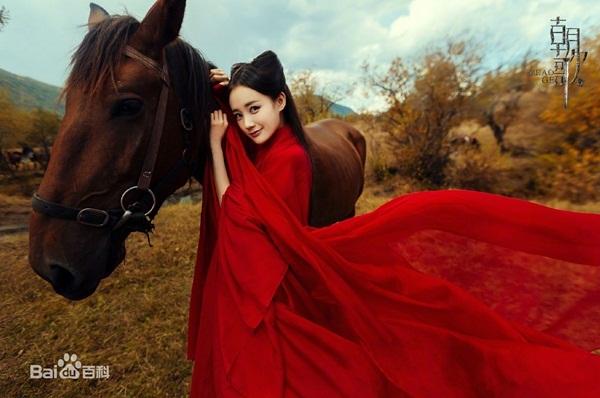 Lý Nhất Đồng đóng vai hồ ly tinh Hồ Tiên Nhi, tiền thân của Tô Đát Kỷ. Lý Nhất Đồng cũng là nữ diễn viên được Vu Chính nâng  đỡ, trở nên nổi tiếng sau vai chính trong Bán yêu khuynh thành 2.