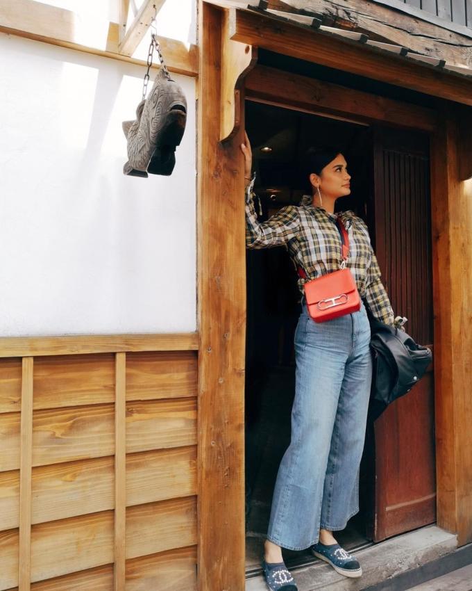 <p> Giày Chanel được nàng hậu kết hợp với áo sơ mi và quần jeans ống loe đơn giản.</p>