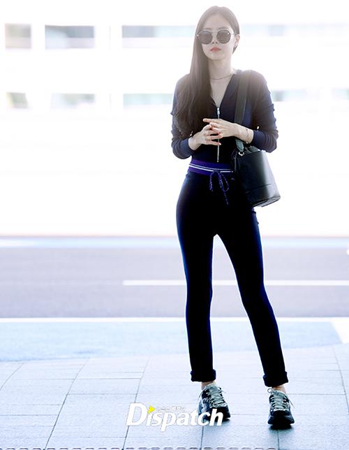 Apink lên đường đến Hong Kong để tổ chức tour concert. Na Eun luôn là thành viên sở hữu khí chất thời trang, đặc biệt mê trang phục bó sát khoe được vòng hông sexy.