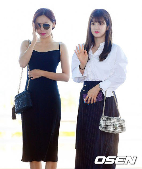 Nam Joo khiến các fan trầm trồ về thân hình đồng hồ cát. Cô nàng diện đồ mát mẻ, đối lập với Cho Rong - người nhìn ngọt ngạt với kiểu áo kín băng, chân váy dài.