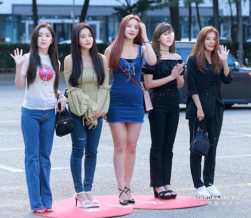 Red Velvet mở màn cho đợt quảng bá Power Up ở Music Bank, các cô gái khoe nhan sắc và hình thể chuẩn trong trang phục hàng ngày.