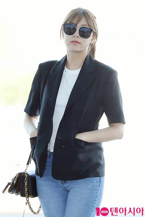 Khác với vẻ điệu đà của những thành viên trong nhóm, Ha Young diện blazer ngắn tay nam tính.