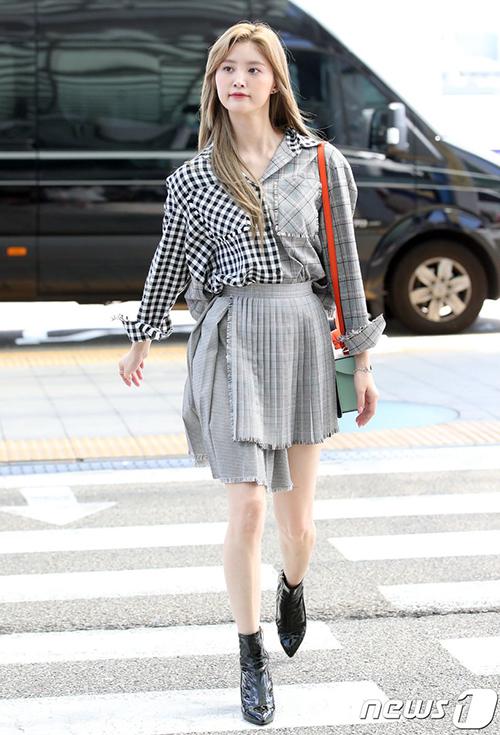Bộ trang phục của Jung Hwa bị chê rối mắt bởi chi tiết bất đối xứng.