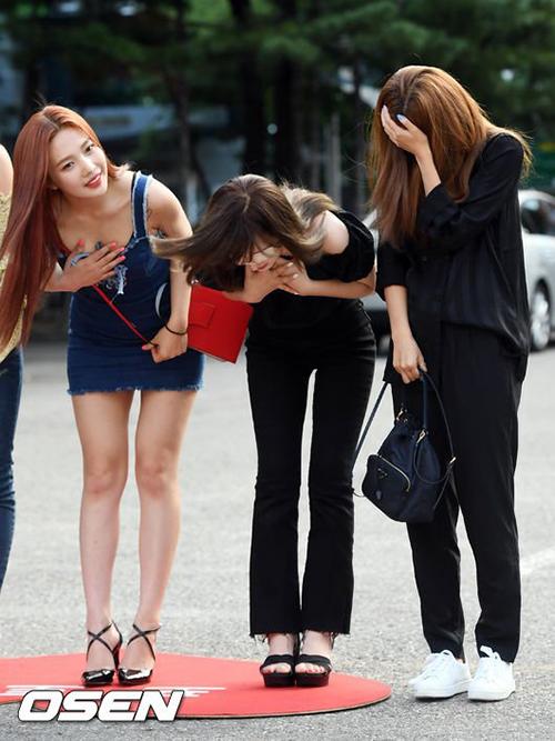 Joy mặc váy xẻ khá sau, Wendy mặc áo trễ vai nên họ lúng túng khi làm động tác cúi đầu chào. Hai cô gái phải cẩn thận che chắn để tránh lộ hàng.