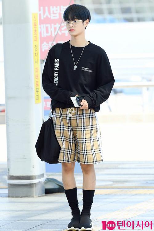 Lee Dae Hwi có cách phối đồ kỳ lạ với quần short, giày cao cổ nóng bức.