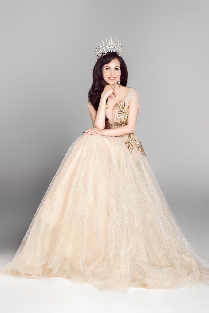 <p> Hoa hậu Diệu Hoa đăng quang năm 1990. Chị thành thạo 5 thứ tiếng và đã tốt nghiệp thạc sĩ Quản trị kinh doanh tại Thái Lan năm 2007.</p>