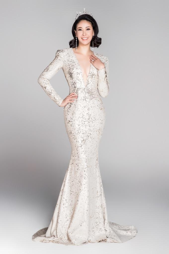 <p> Hoa hậu Hà Kiều Anh đăng quang năm 1992. Đến nay chị là phụ nữ của gia đình, nhan sắc ngày càng mặn mà.</p>