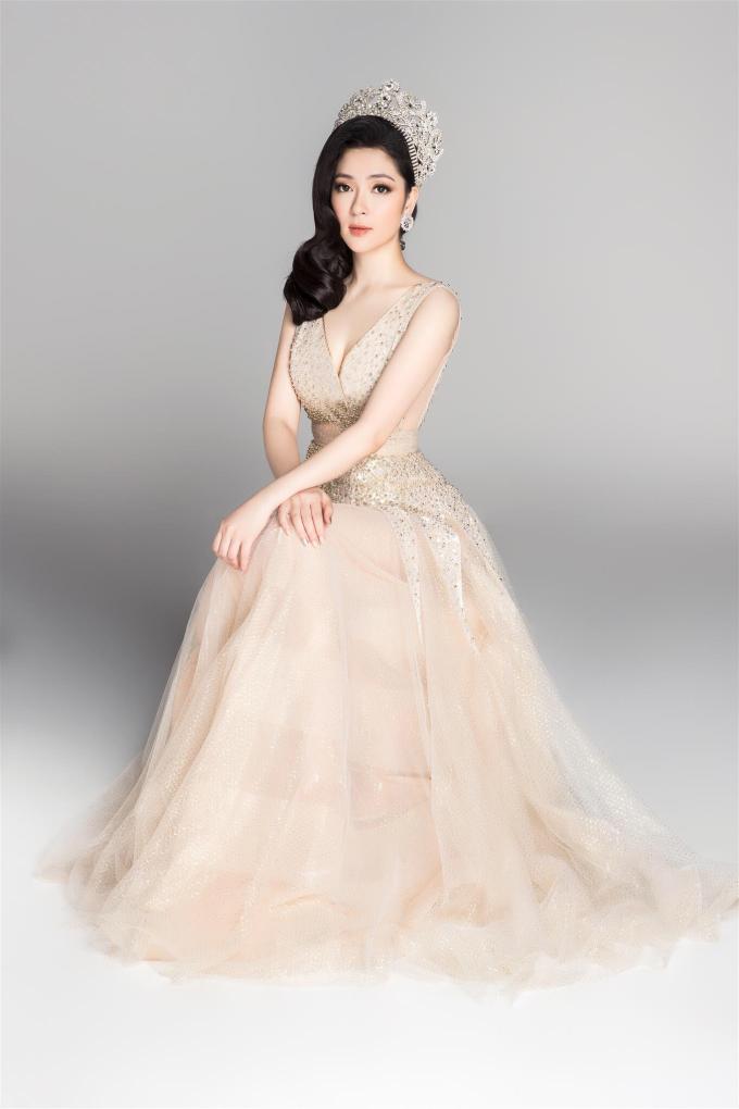 <p> Hoa hậu Nguyễn Thị Huyền đăng quang 2004. Chị là Thạc sĩ Truyền thông tại Anh. Hiện người đẹp là giảng viên của Học viện Báo chí và Tuyên truyền.</p>