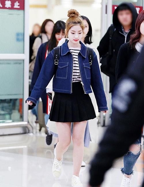 Với chiều cao 1,59 m, Da Hyun là một trong những thành viên nấm lùn nhất của Twice. Khi ra sân bay, cô nàng luôn đi giày bệt nhưng vẫn không bị mất dáng, bí quyết là cách chọn đồ phù hợp. Chân váy xếp ly cắm thùng cùng áo phông là một gợi ý đáng thử của Da Hyun cho những cô nàng muốn ăn gian chiều cao theo cách của các nữ sinh. Thêm một chiếc áo khoác phía ngoài với độ dài vừa vặn ngang hông giúp tỷ lệ thân hình thêm hợp lý.