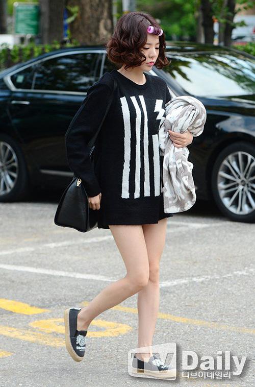 Áo giấu quần là một công thức mặc đẹp cho các nấm lùn được Sunny áp dụng thường xuyên. Cách diện đồ này vừa không mất nhiều thời gian chọn lựa, vừa thoải mái hoạt động lại tạo cảm giác đôi chân dài hơn.
