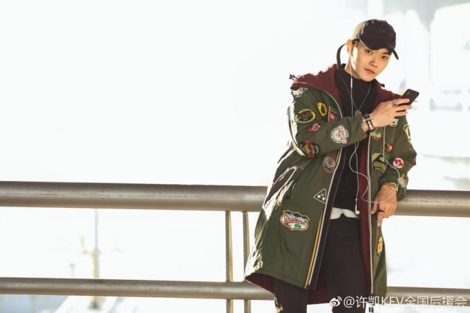 <p> Năm 2013, Hứa Khải giành giải Quán quân cuộc thi người mẫu quốc tế Trung Quốc tổ chức tại Quảng Đông. Năm 2016, anh chàng ký hợp đồng với công ty Hoan Ngu, chính thức trở thành nghệ sĩ dưới quyền Vu Chính. Nhờ đó, nam diễn viên trẻ được tham gia một số dự án đáng chú ý như <em>Phượng tù hoàng, <em>Triều Ca</em></em> (vai Khương Tử Nha)<em><em>.</em></em></p>