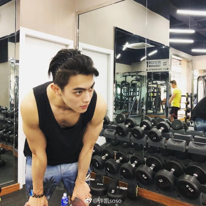 <p> Anh chàng cực chăm tập gym giữ dáng và thường xuyên khoe ảnh tập luyện trên trang cá nhân.</p>