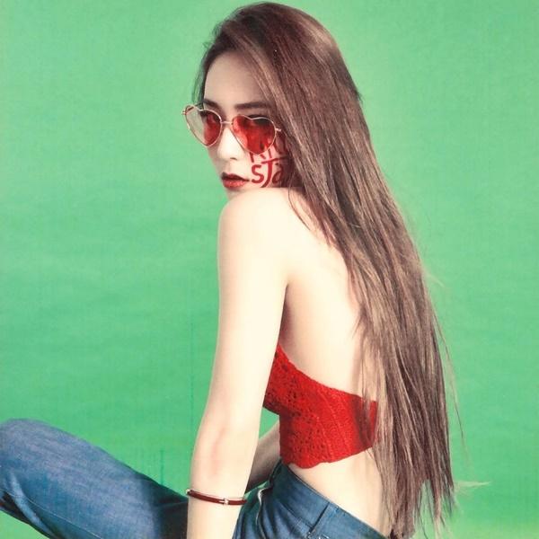 Krystal khoe trọn lưng trần sexy, biểu cảm lạnh lùng sang chảnh.