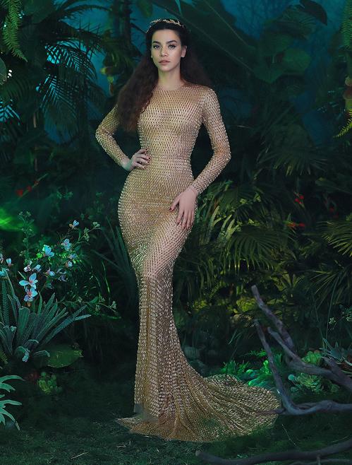Nhờ sự biến hóa sáng tạo bằng cách thêm phần tà váy bên ngoài, Mỹ Linh khiến ít người nhận ra cô đang diện lại đầm từng được Hà Hồ mặc trước đó. Đây là một thiết kế tôn dáng của NTK Chung Thanh Phong.
