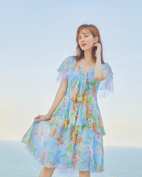 Seo Hyun tung tăng váy hoa nữ tính trước biển.