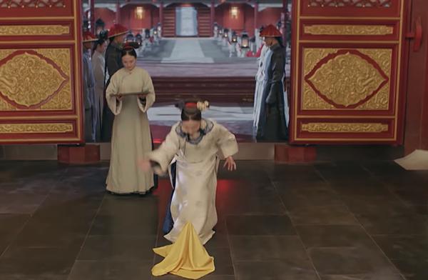 Trong tiệc sinh nhật của hoàng thượng, Anh Lạc còn trổ tài biểu diễn ảo thuật.